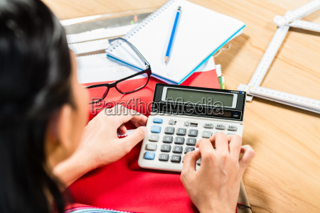 interior designer calculating price