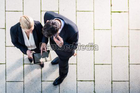 mann und frau arbeiten draussen draufsicht