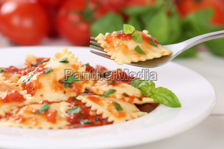 ravioli noodles eat with tomato sauce
