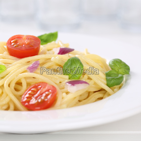 italienisches gericht spaghetti mit tomaten nudeln