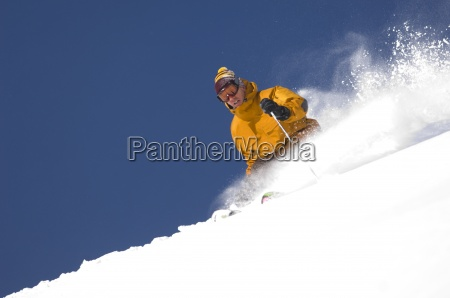 hombre esqui en polvo fresca en