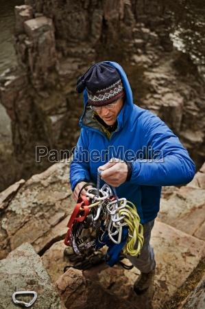 a man rigs top ropes at