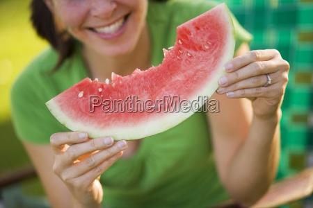 una mujer disfruta de comer una