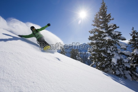 un snowboarder haciendo algunas pistas frescas