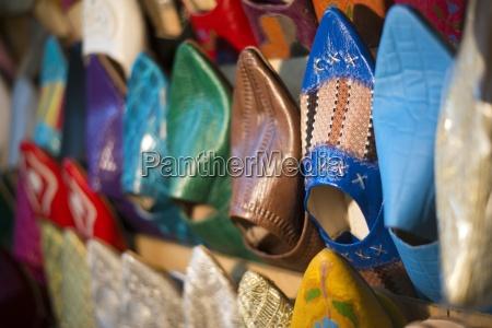 un detalle de los zapatos marroquies