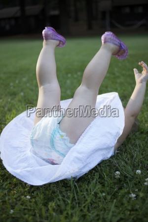 ninya que juega en la hierba