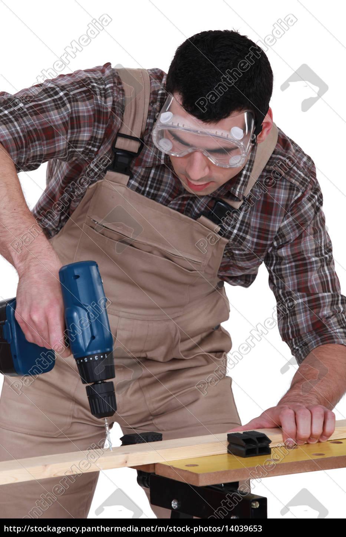 handyman, using, a, screwdriver - 14039653