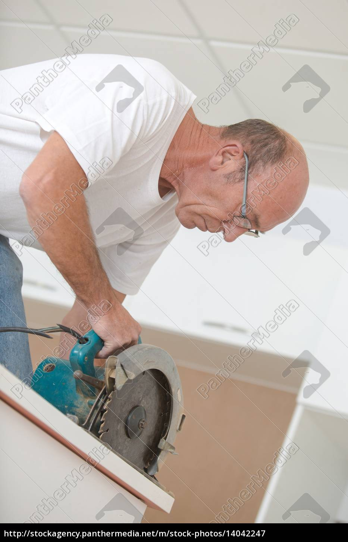 carpenter, using, a, circular, saw - 14042247