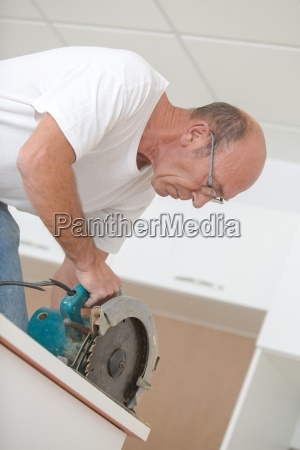 carpenter, using, a, circular, saw - 14042247