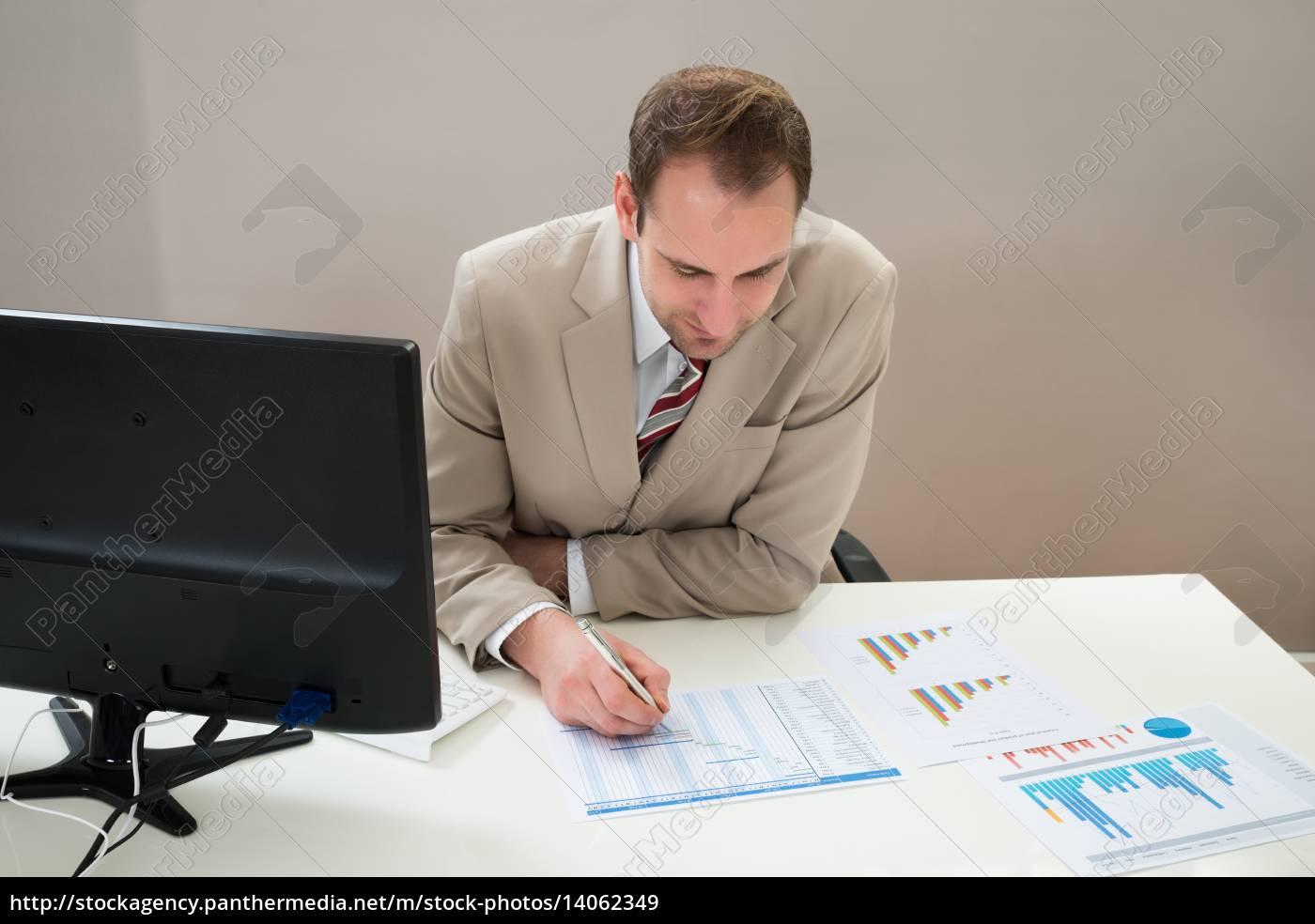businessman, making, gantt, diagram, in, office - 14062349