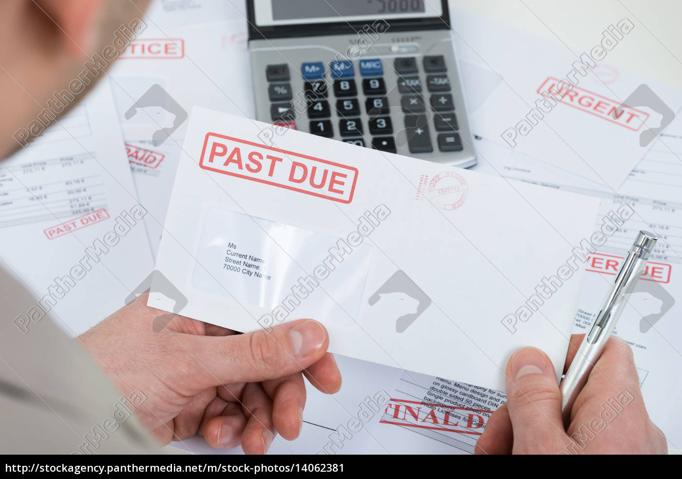 businessperson, hand, with, past, due, envelope - 14062381