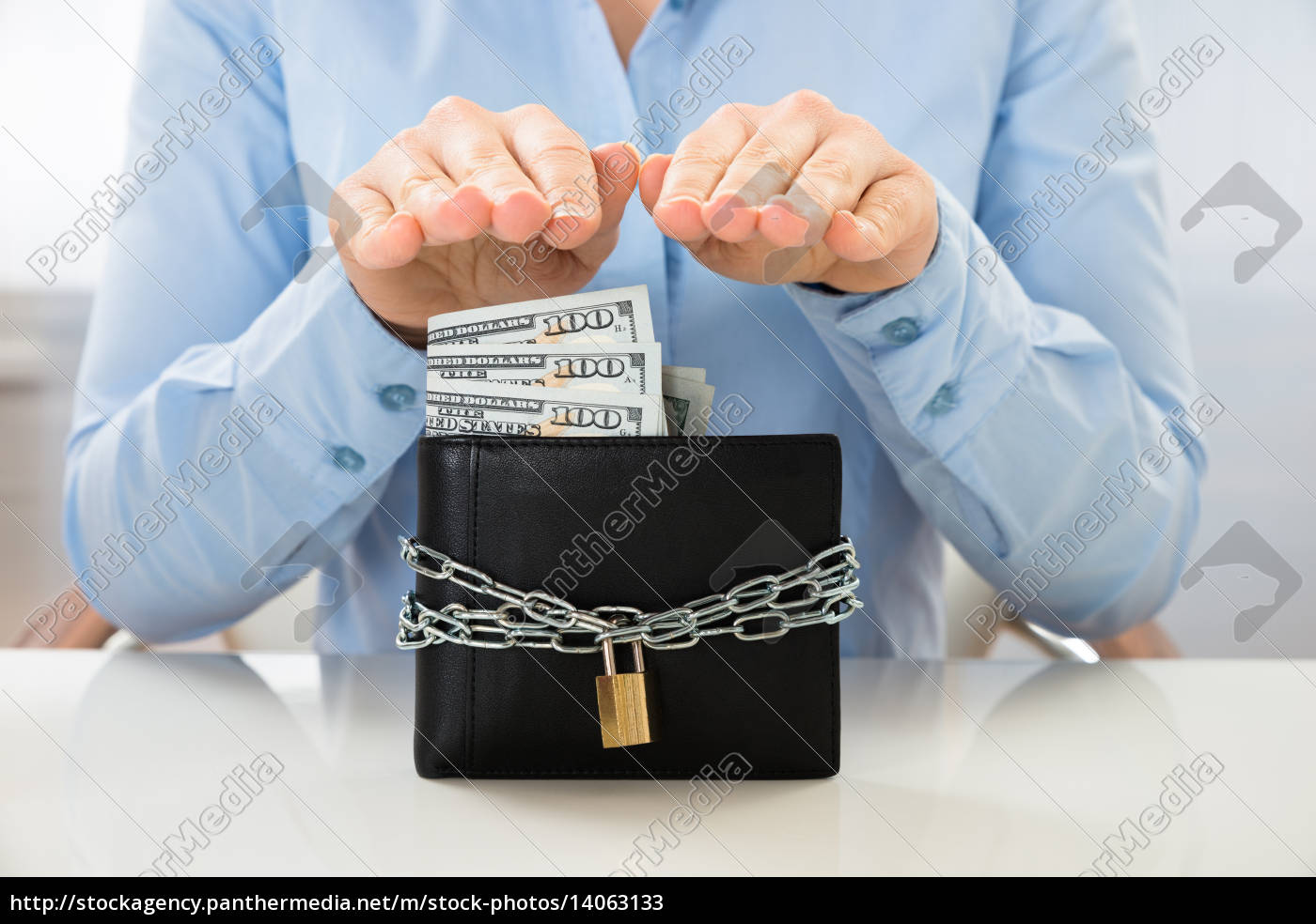businesswoman, saving, banknote, in, wallet, with - 14063133