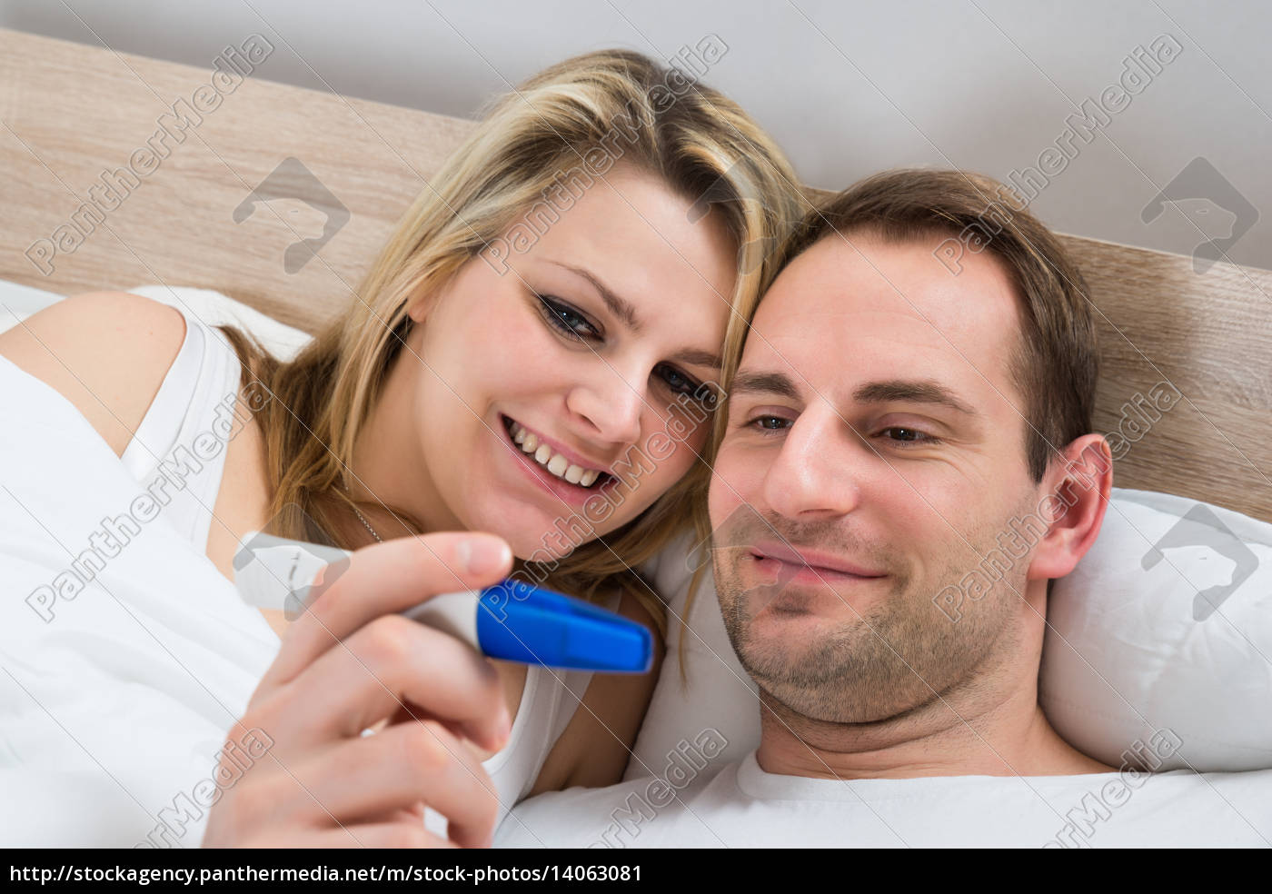 couple, watching, pregnancy, test - 14063081