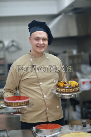 chef, preparing, desert, cake, in, the - 14064887