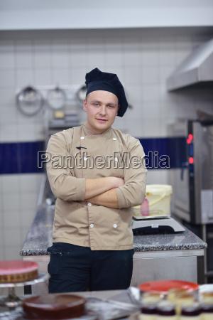 chef, preparing, desert, cake, in, the - 14064921