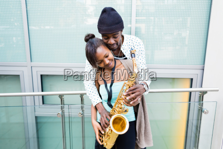 afrikanisches, paar, spielt, saxophon, auf, straße - 14065429