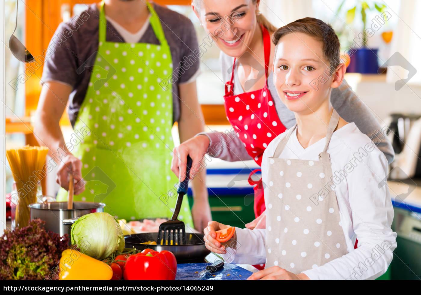 familie, kocht, in, küche, gesundes, essen - 14065249
