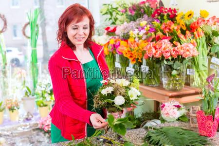 floristin, bindet, blumenstrauß, im, laden - 14065301