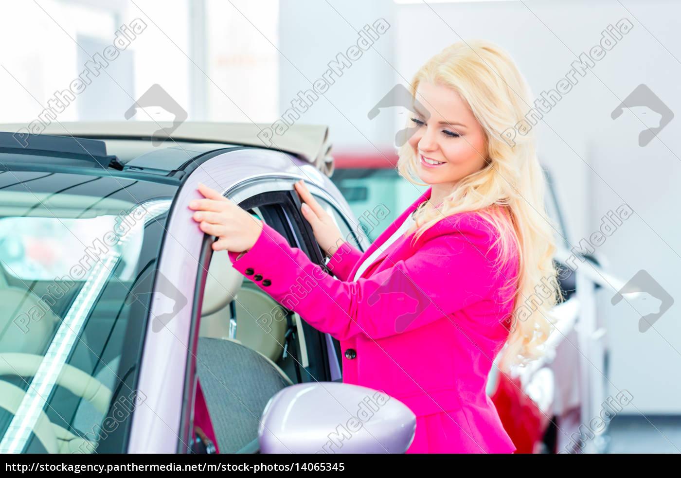 frau, sucht, neuwagen, im, autohaus, aus - 14065345