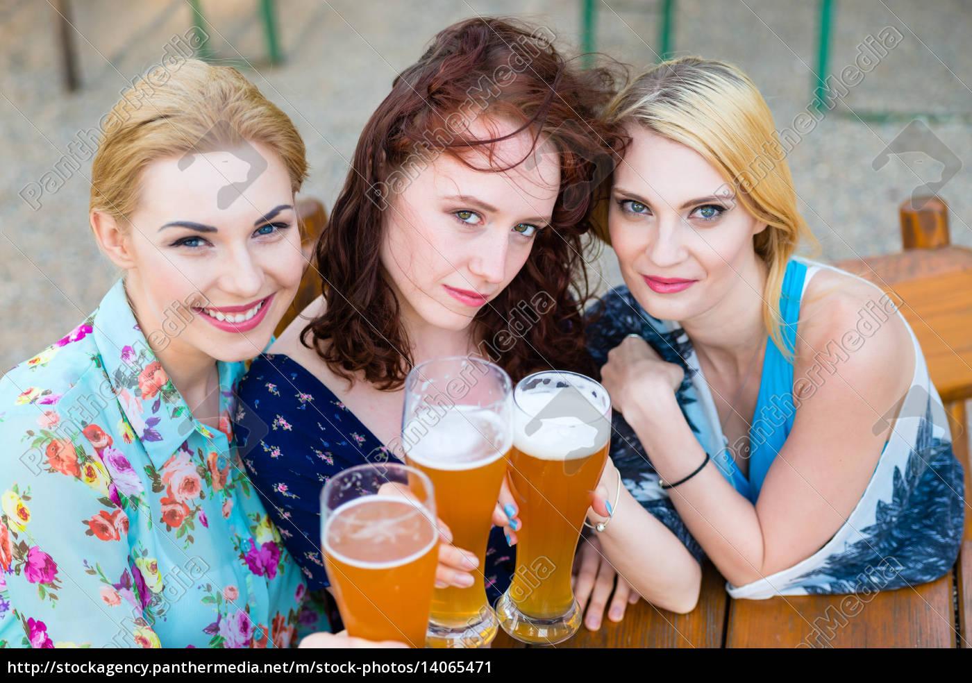 freundinnen, tratschen, und, trinken, bier, im - 14065471