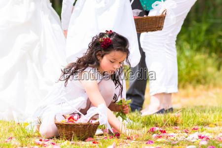 hochzeit, blumenkinder, mit, blüten, blätter, korb - 14065451