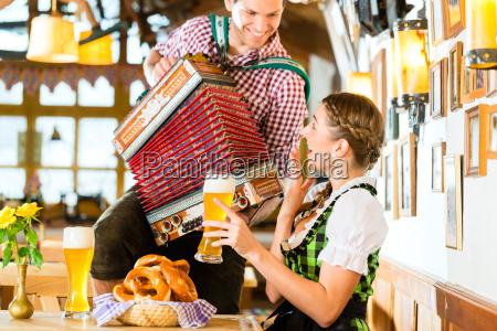 musikant, spielt, im, bayrischen, restaurant, akkordeon - 14065235