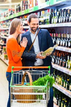 paar, wählt, wein, im, supermarkt, - 14065241