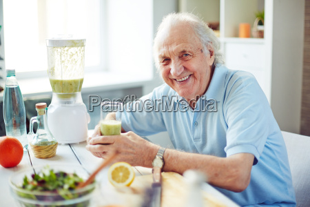 senior, man, in, the, kitchen - 14067689
