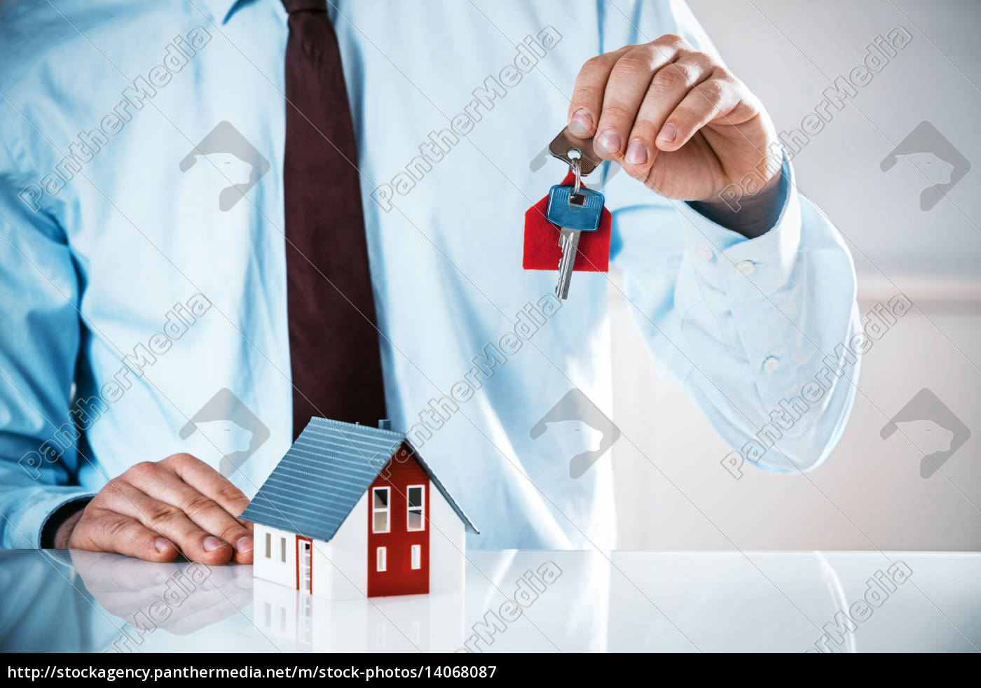 agent, holding, key, with, miniature, home - 14068087