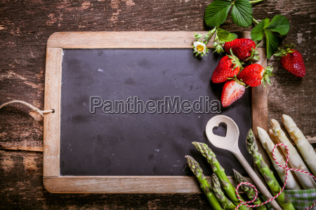 empty, chalkboard, with, asparagus, and, strawberries - 14068307