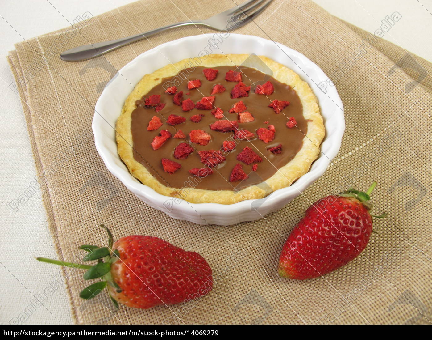 nougat, tartlet, with, strawberries - 14069279