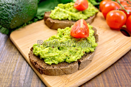 sandwich, with, guacamole, and, tomatoes, on - 14075077