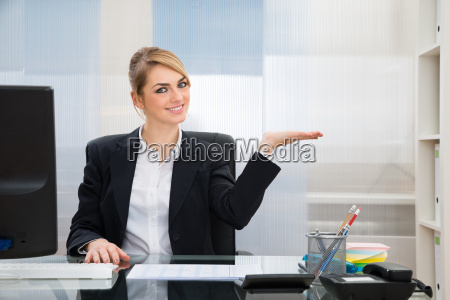 businesswoman, displaying, invisible, product - 14080263