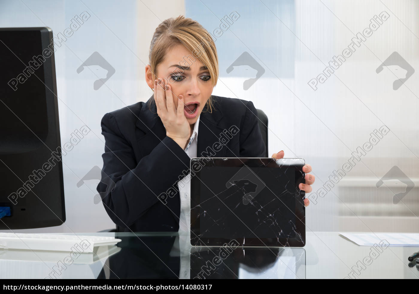 businesswoman, holding, broken, digital, tablet - 14080317