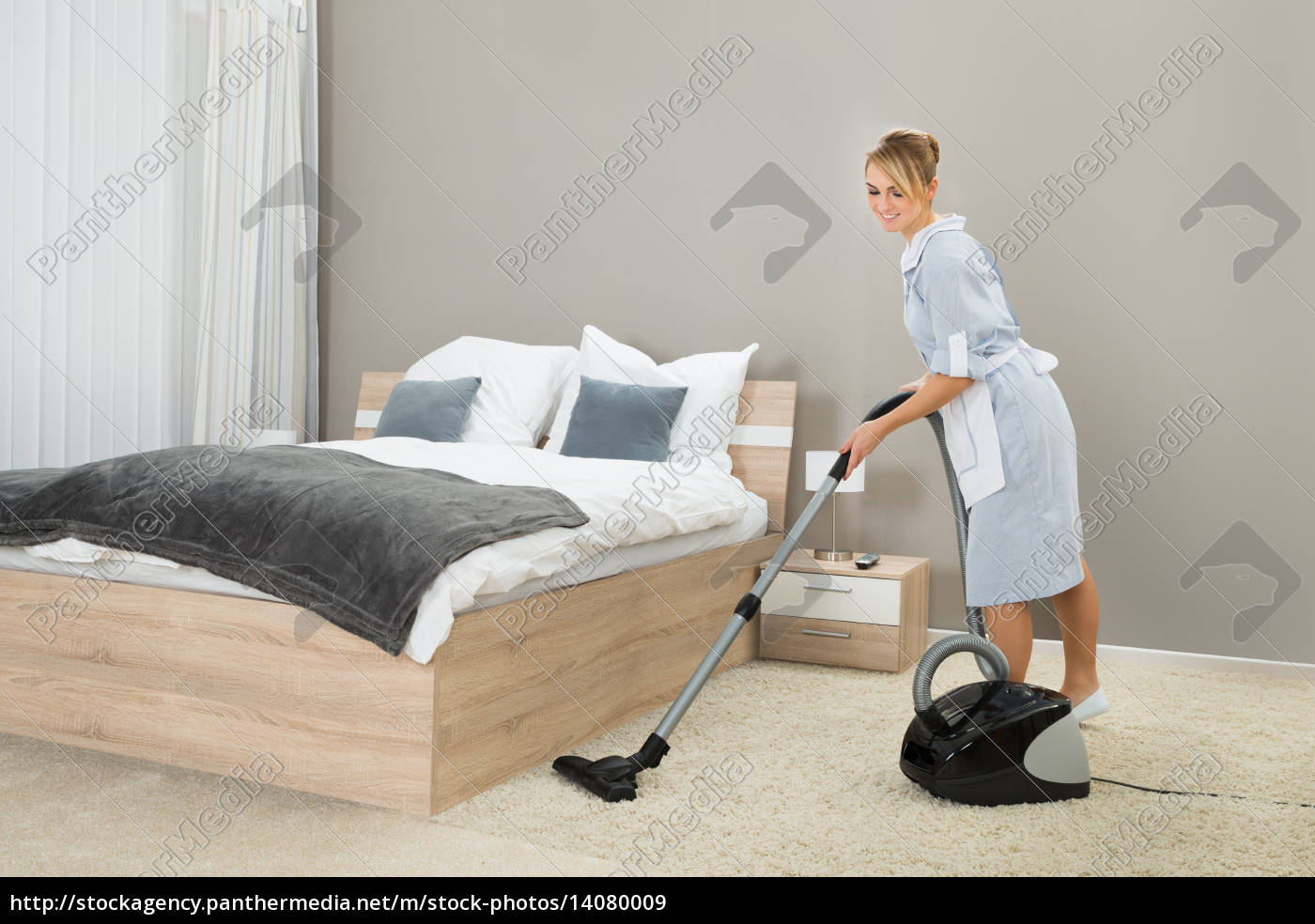 housekeeper, cleaning, with, vacuum, cleaner - 14080009
