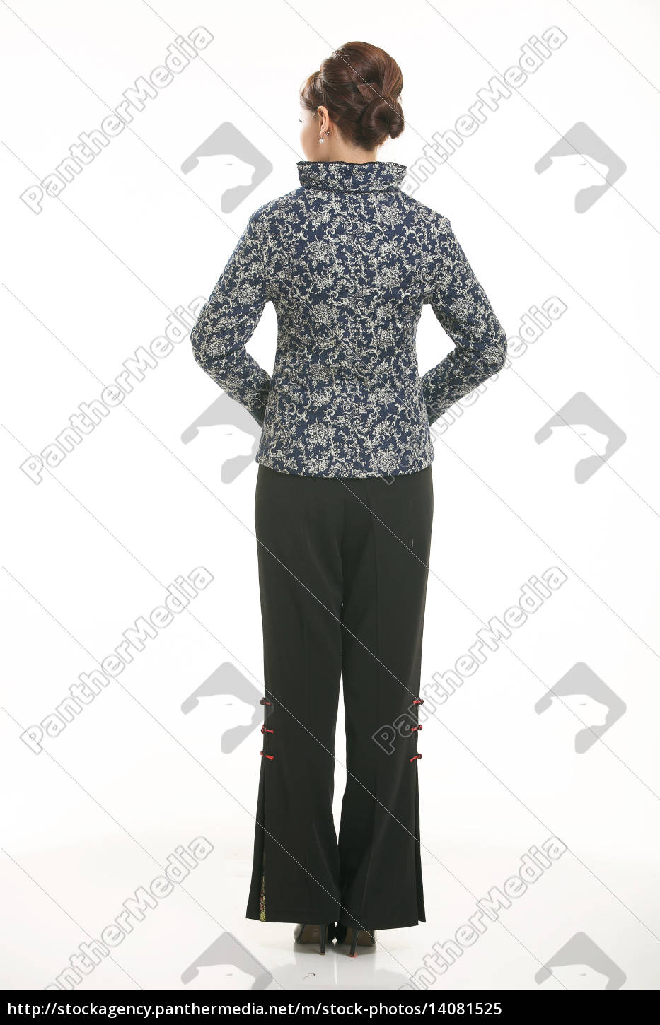 wearing, chinese, clothing, waiter, in, front - 14081525