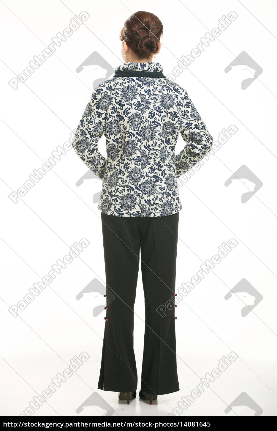 wearing, chinese, clothing, waiter, in, front - 14081645