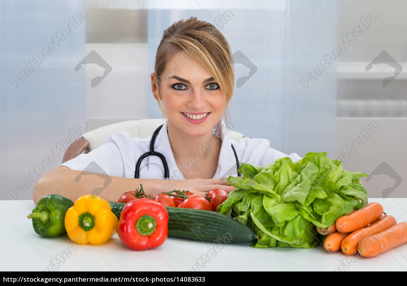 female, dietician, with, vegetables - 14083633