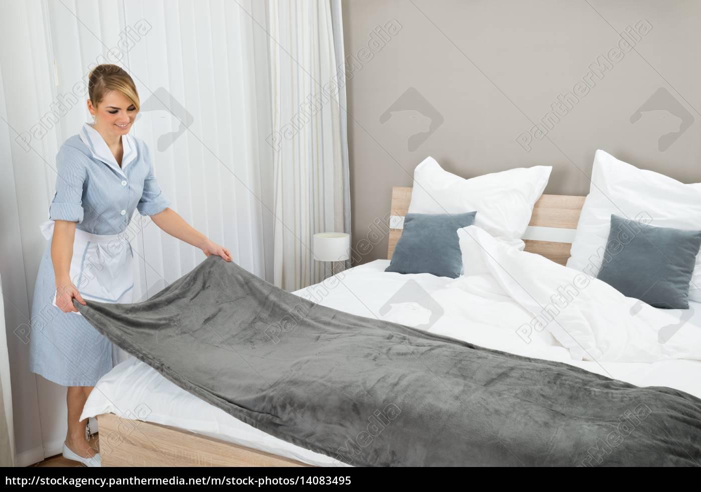 female, housekeeping, worker, making, bed - 14083495