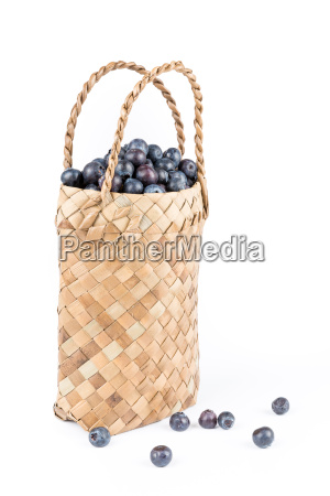 wicker, basket, with, blueberries, isolate, on - 14099439