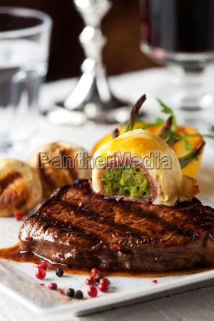 steak mit gegrillten kartoffeln auf einem