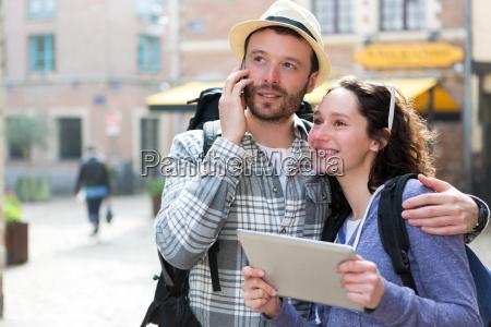 paar von attraktiven touristen mit tablet