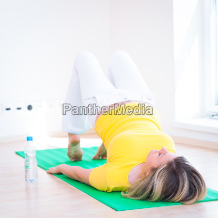 huebsche junge frau macht yoga uebung