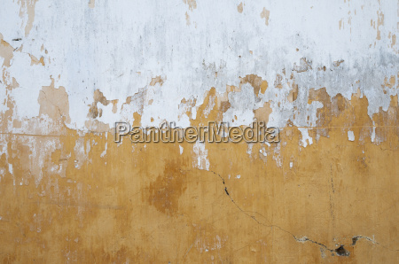 wall with textured effect