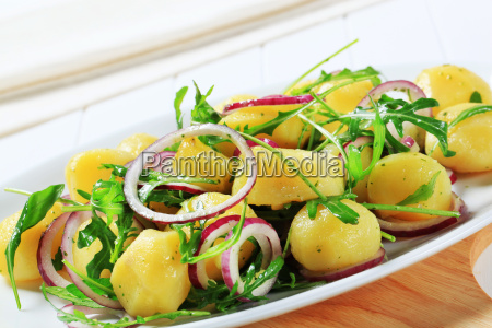 potatoes with arugula and onion