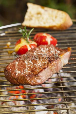 steak auf dem grill mit tomaten