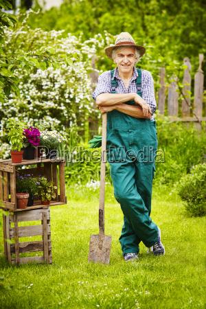 garden gardener straw hat spade break