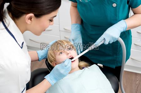 assistente dentale trattare una bambina