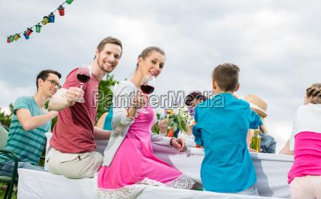 kleine feier oder party im garten
