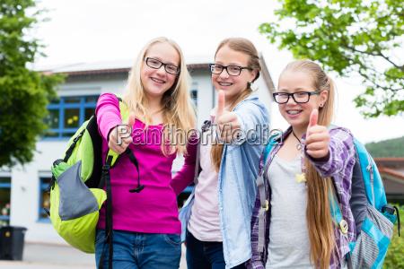 gruppe maedchen stehen vor schule in